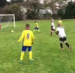 El padre que empuja a su hijo para que detenga un gol en un partido de fútbol infantil