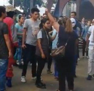 Colombia: Con cinturón en mano una madre fue a buscar a su hijo a una marcha estudiantil