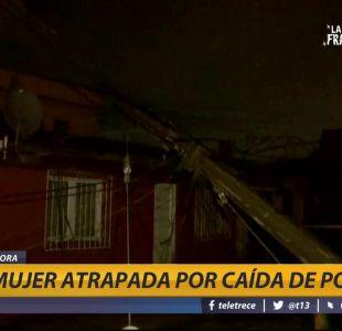 [VIDEO] Caída de poste por lluvia deja a mujer atrapada