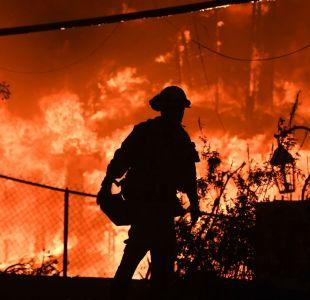 [VIDEO] El espeluznante registro de una mujer que conducía por el incendio de California