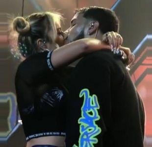 [VIDEO] Karol G y Anuel AA confirman su relación con un apasionado beso sobre el escenario