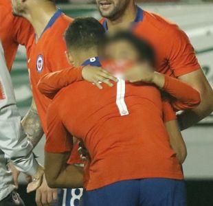 [FOTOS] El gesto de Alexis con un niño que ingresó a la cancha del Germán Becker