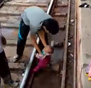 [VIDEO] Tren pasa a toda velocidad sobre un bebé en India: resultó ileso