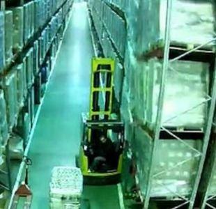 [VIDEO] Trabajador provoca extraordinario derrumbe en una fábrica