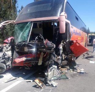 [VIDEO] Un fallecido deja choque frontal entre un bus y un vehículo menor en la ruta Lo Orozco