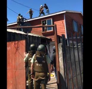 [VIDEO] Hombre se escondió en un techo y golpeó con palos a carabineros que lo iban a detener