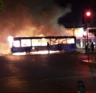 [VIDEO] Encapuchados queman dos buses del Transantiago en Pedro Aguirre Cerda
