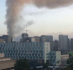 Bomberos trabaja para controlar incendio en inmueble en Estación Central