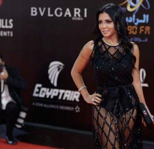 Una actriz egipcia procesada por llevar un vestido transparente que dejaba ver sus piernas