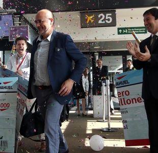 Aeropuerto de Santiago premia a pasajero que cumplió hito histórico de la terminal
