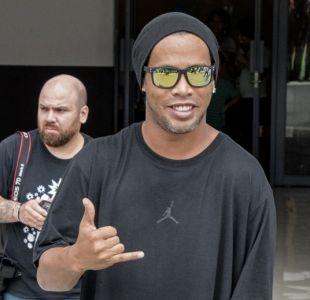 Ronaldinho elude a la prensa enviando a su doble oficial a firmar autógrafos