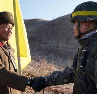 Las fotos de soldados de Corea del Norte y Corea del Sur cruzando por primera vez la frontera