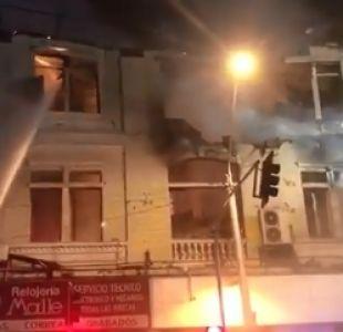 [VIDEO] Incendio afecta a locales comerciales en Santiago: hay desvíos y riesgo de derrumbe