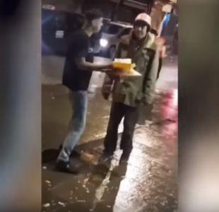 [VIDEO] Indignación por hombre que se grabó arrojándole comida en la cara a un indigente