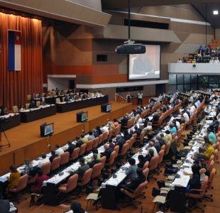 """Parlamento de Cuba vota nueva Constitución """"comunista"""" que reconoce al mercado"""