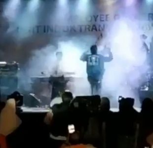 Impactante video muestra momento en que el tsunami de Indonesia arrasa con un concierto pop