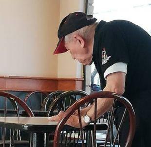 [VIDEO] Abuelo que trabaja en local de comida rápida conmociona en redes sociales