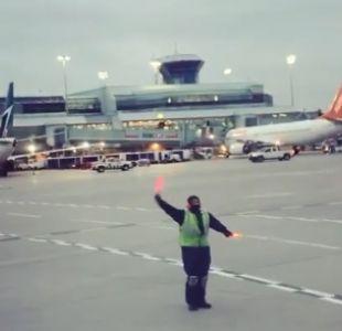 [VIDEO] Operario sorprende a pasajeros al convertir la pista de aterrizaje en una de baile