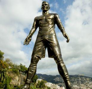 [FOTOS] Turistas capturan divertidas y provocativas imágenes junto a estatua de Cristiano Ronaldo
