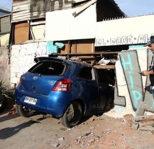 Auto chocó contra muro de vivienda en Peñalolén