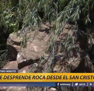 [VIDEO] Roca del Cerro San Cristóbal cae a solo metros de piscina de un condominio