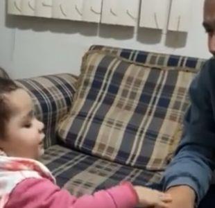 El emotivo video que muestra a una niña intentando hablar en lengua de señas con su padre sordo
