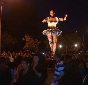 [VIDEO] La bailarina gigante que recorre Santiago