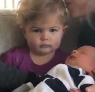 [VIDEO] La divertida reacción de una niña que conoce a su hermanito recién nacido