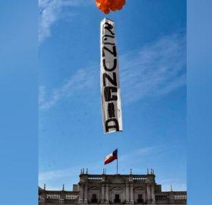 Partido Humanista pidió la renuncia del ministro Chadwick con mensaje con globos sobre La Moneda
