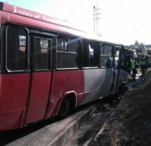 Al menos 30 lesionados tras colisión de bus y camión en Autopista del Sol