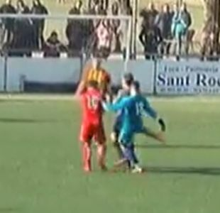 [VIDEO] Arquero hizo gol de cabeza, se lo anularon y terminó golpeando al árbitro
