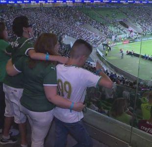 """¡Goool!"""": Una madre brasileña cuenta los partidos de fútbol para su hijo ciego"""