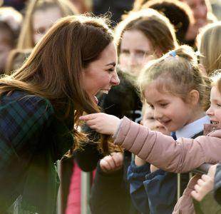 Kate Middleton deja que niña le acaricie el cabello: imagen viral