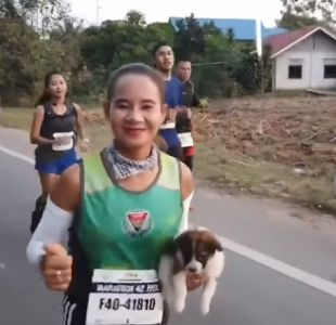 [VIDEO] Maratonista rescata un cachorro en medio de una carrera