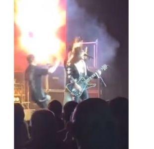 [VIDEO] El show debe seguir: A Guitarrista se le quema el pelo y sigue tocando en pleno concierto