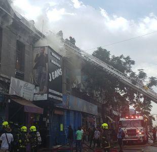 Incendio afecta locales en barrio Meiggs, comuna de Santiago