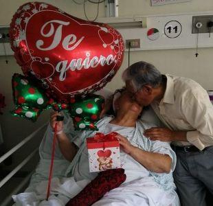 Hombre sorprende a su esposa hospitalizada en el Día de los Enamorados