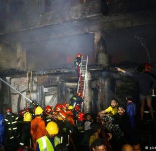 Al menos 45 muertos y otros tantos heridos en un incendio en Bangladesh