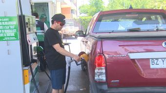 [T13] Aseguran que bencinas bajarán al menos 40 pesos por litro de una sola vez