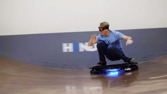 [VIDEO] A lo Marty McFly: skater Tony Hawk probó la Hoverboard