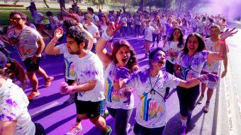 "[T13 Tarde] ""Maratón Color Run"" volvió a teñir de color las calles de Santiago"
