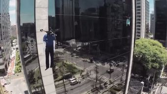 [VIDEO] Desfile en las alturas: mira como estos drones llevaron la moda a ejecutivos de Sao Paulo