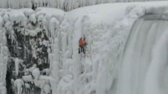 Deportista sorprendió escalando las cataratas del Niágara