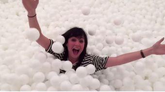 [VIDEO] Agencia de Londres invita a jugar en pieza llena de pelotas de plástico por caridad