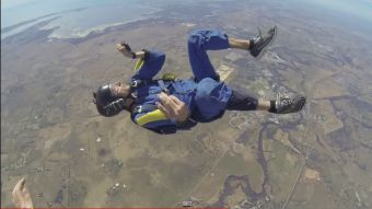 [VIDEO] Joven sufre ataque de epilepsia tras lanzarse en paracaídas