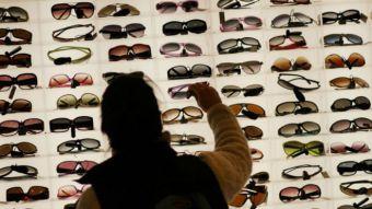 9fd8eb272d Luxottica: la desconocida compañía italiana que controla el mercado mundial  de los lentes de sol