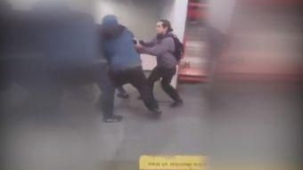 [VIDEO] Pasajeros detienen a grafiteros en el Metro