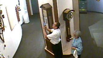 43017976d61c  VIDEO  Mala semana para el arte  Pareja destruye un reloj en museo de