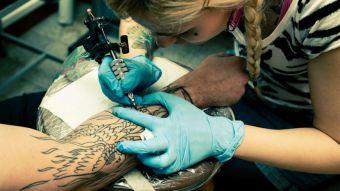 Estudio advierte que los tatuajes podrían provocar cáncer y revela qué colores son más dañinos