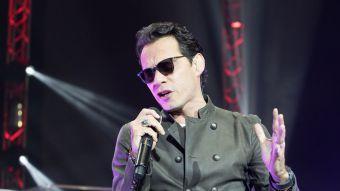 Marc Anthony llora en el escenario al rendir tributo a Juan Gabriel